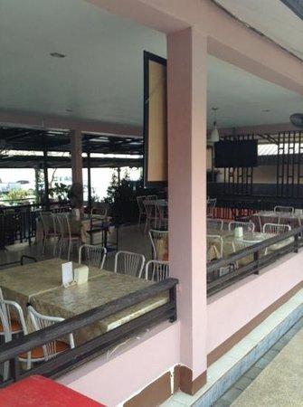 Phimai Inn: Restaurant direkt am Pool gelegen.