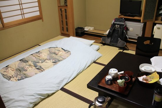 Yorokobi no Yado Takamatsu (Hotel Takamatsu): After dinner the staff will set up the bed