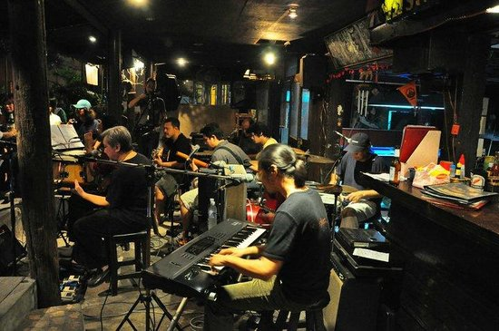 Live nunglen band picture of street lamp bar for Ayutthaya thai cuisine bar