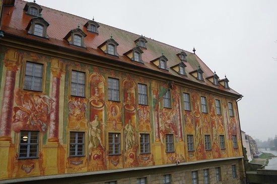 Altes Rathaus : 良く見ると足がはみ出しています