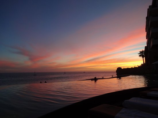 Grand Solmar Land's End Resort & Spa : infinity pool view of the sunset.