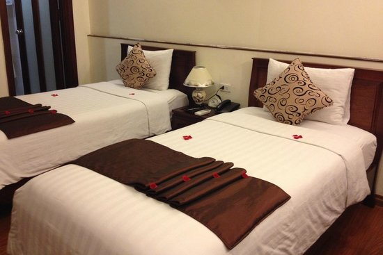 Hanoi Charming 2 Hotel: First room with fresh rose petals on bed