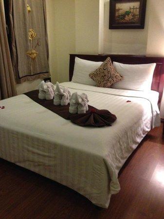 Hanoi Charming 2 Hotel : Balony room with towel elephants and fresh flower petals