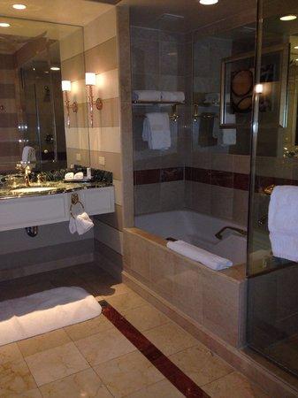 Venetian Resort Hotel Casino : Large bathroom!