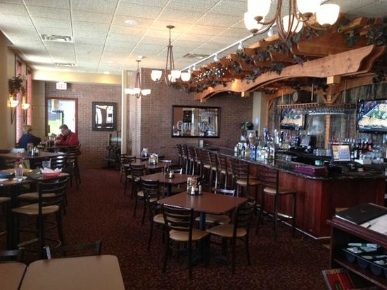 Ciccino's Pizzeria & Restaurant: Ciccino's bar and front dining area