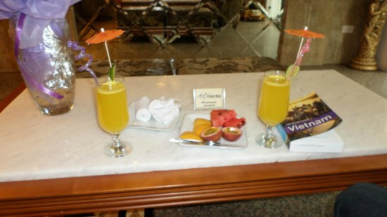 Golden Art Hotel: Welcome drinks and fruit.