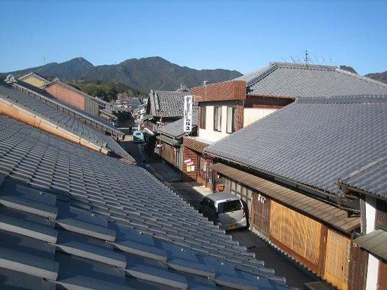 Sekijuku: 関まちなみ資料館二階から西の町並みを見る