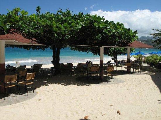 The Flamboyant Hotel & Villas: Beach and Flamboyant beach bar area