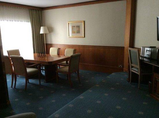 Le Meridien Dubai Hotel & Conference Centre : Dubai suite dining area