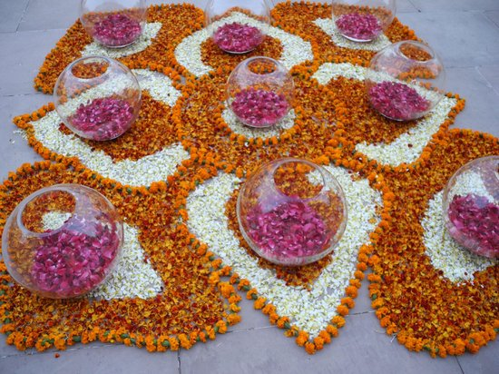 Rambagh Palace: Flower display for evening Indian dancing