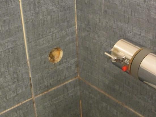 A25 Hotel: weird holes