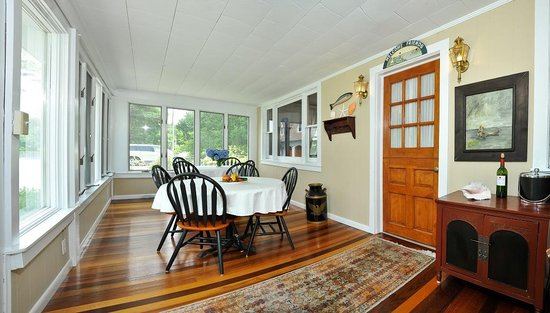 Bay Cottage Bed & Breakfast : Bay Cottage Breakfast Room on the water, morning sunshine and breezes welcome the day