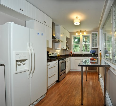 Bay Cottage Bed & Breakfast : Kitchen with granite countertops, new appliances, & cabinets