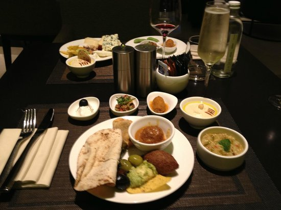 JW Marriott Marquis Hotel Dubai: Lounge evening meal
