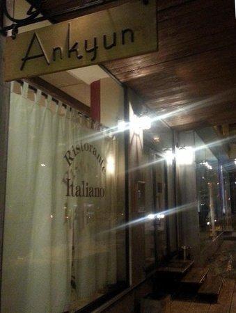 Ankyun: Das Restaurant von außen, in einer kalten Januar Nacht