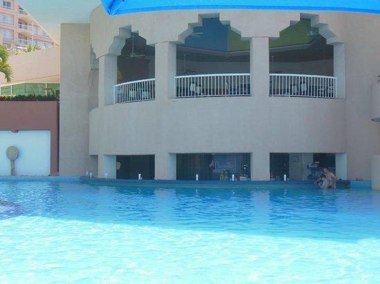 Azul Ixtapa Beach Resort & Convention Center : Swim up bar