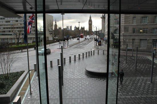 Park Plaza Westminster Bridge London : Uitzicht vanuit hotellobby
