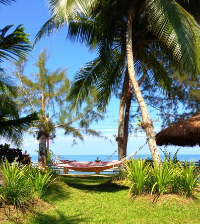 Paraiso Rainforest and Beach Hotel: Hammocks by the sea