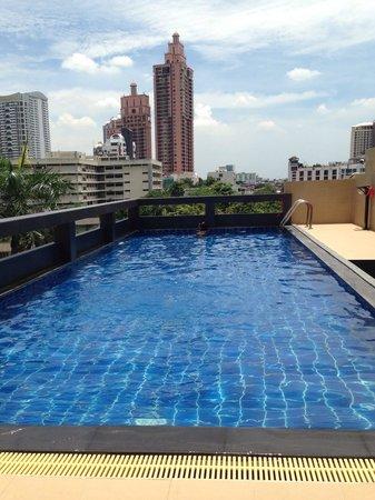 iCheck inn Residences Sukhumvit 20 : Pool auf dem Dach über Bangkok.