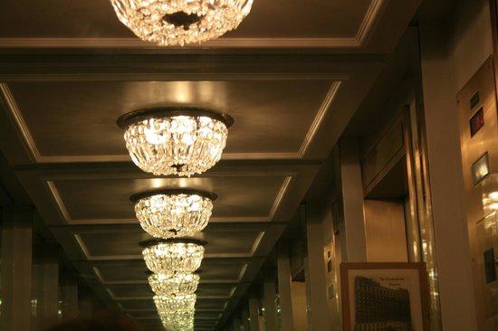 Millennium Knickerbocker Chicago : Un bel lampadario riflesso nello specchio dell'ascensore