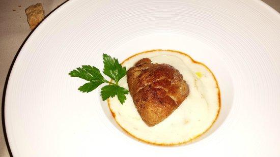 La Petite Madeleine: Noix de ris de veau, émulsion à la pomme de terre et jus de truffes