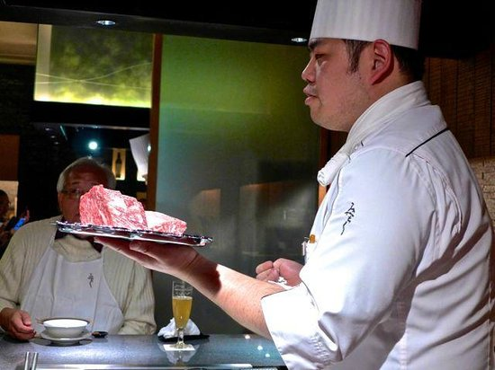 Ginza Miyachiku: Showing the cuts of serloin steak to the diners.