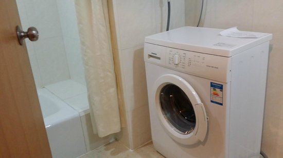 New Harbour Service Apartments: Washing machine in the toilet
