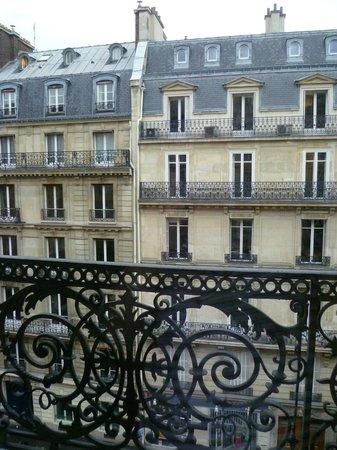 Hotel Lumen : ave des Pyramides Paris Dec 2013
