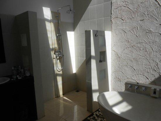 Artemis Villa and Hotel: la salle de bain ouverte sur l'exterieur