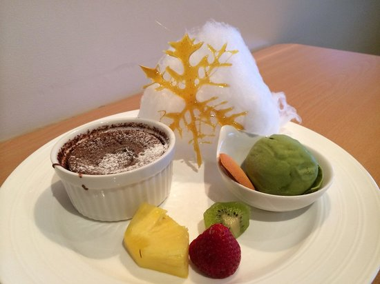 Kohan Restaurant: Pretty dessert that I think is specially decorated for Christmas period