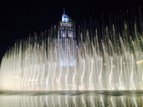 The Dubai Fountain: 20分おきに違うパターンのショーがあります。