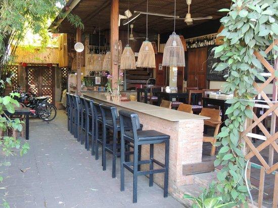 Cool Guesthouse : le bar où le petit déjeuner est servi