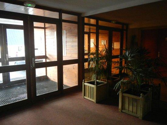 Pierre & Vacances Residence Le Montana: entrée niveau 4, à l'arrière de la résidence