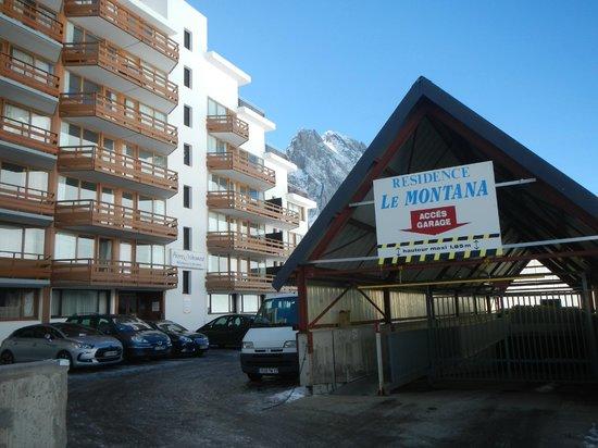 Pierre & Vacances Résidence Le Montana : entrée du parking ...l'arrière le la résidence