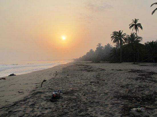 Hotel Hukumeizi: Dejlig solopgang ved havet