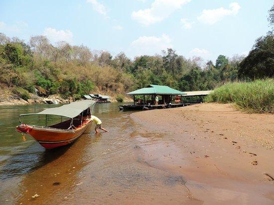 Sai Yok National Park : Even het vlot op een strandje laten trekken om lekker te zwemmen