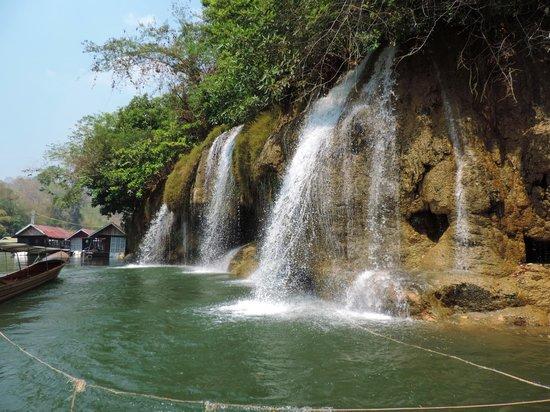 Sai Yok National Park : Aanleggen onder deze waterval is leuk voor de kinderen. Een hels kabaal op het dak van het vlot.