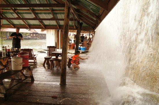 Sai Yok National Park : Heerlijk spelen op het vlot onder de waterval