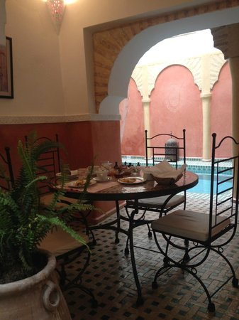 Riad Itrane : Breakfast table by the pool