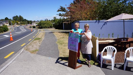 The Cottage Mews Motel Taupo : See owner Julie (on the right) supporting the IronMan competition