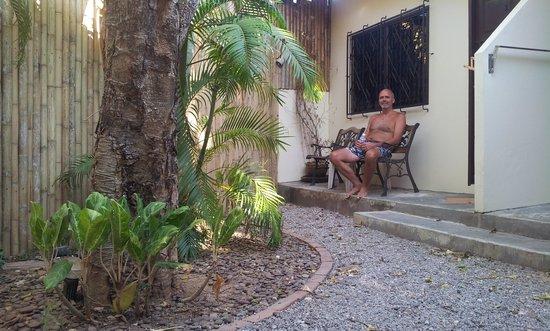 """Baan Suay Resort Karon Beach: Sitter og slapper av utenfor min """"bungalow""""."""
