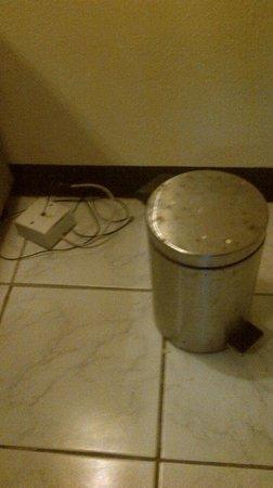 """Eriyadu Island Resort: das """"Telefon"""" und der Mülleimer neben dem Bett"""