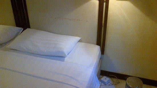 """Eriyadu Island Resort: Bett mit """"Telefon"""" und Mülleimer daneben"""