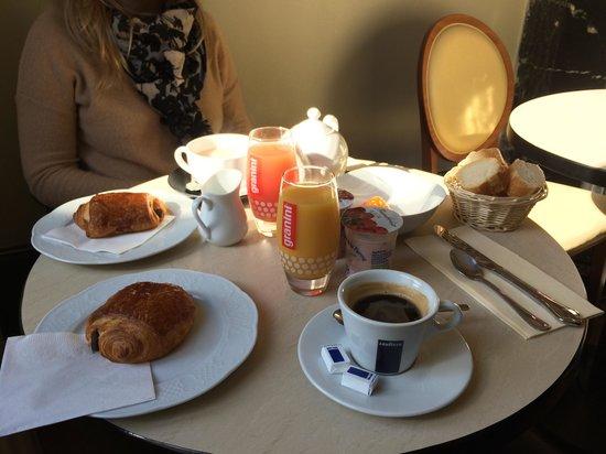 Salon Rodière: Petit déjeuner complet !