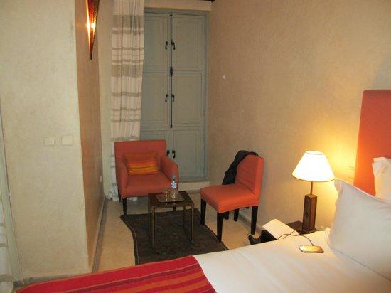 Riad Olema & Spa: Pequeña zona de estar en la habitación