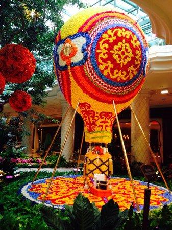 Wynn Las Vegas : Воздушный шар из цветов. Высота 6 метров!