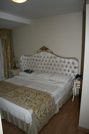 Adora Hotel: La cama de matrimonio
