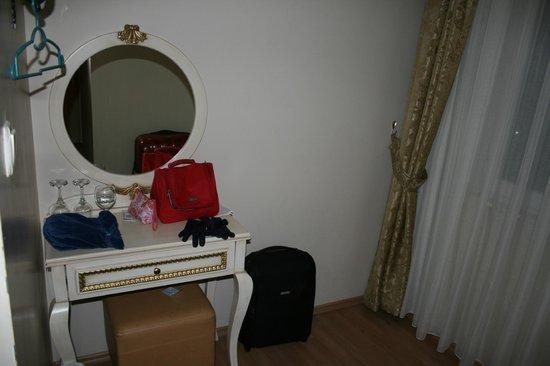 Adora Hotel: El salón tocador anexo a la habitación