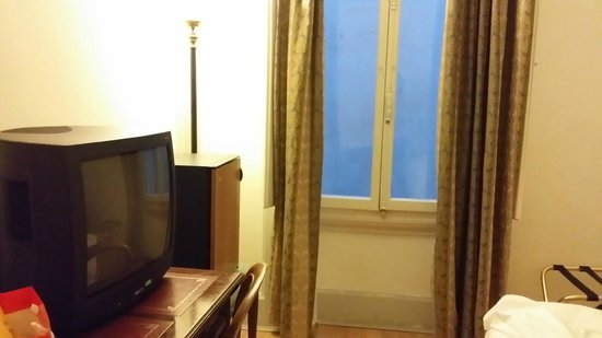 NH Firenze Anglo American: outdated tv and no view.