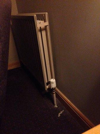 Maryborough Hotel & Spa: Dust I gathered from footboard and radiator.